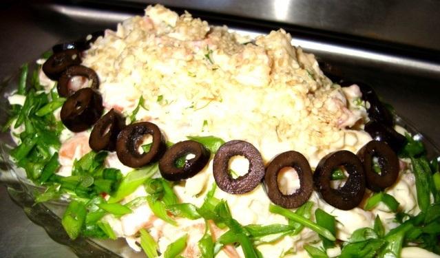 Рыба с зеленым салатом, кунжутом и маслинами